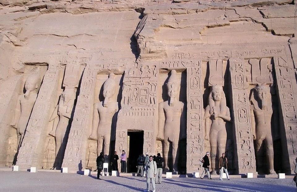 Estatuas de Nefertari y Ramses II Templo menor de Abu Simbel dedicado a Nefertari y la diosa Hathor Egipto 02