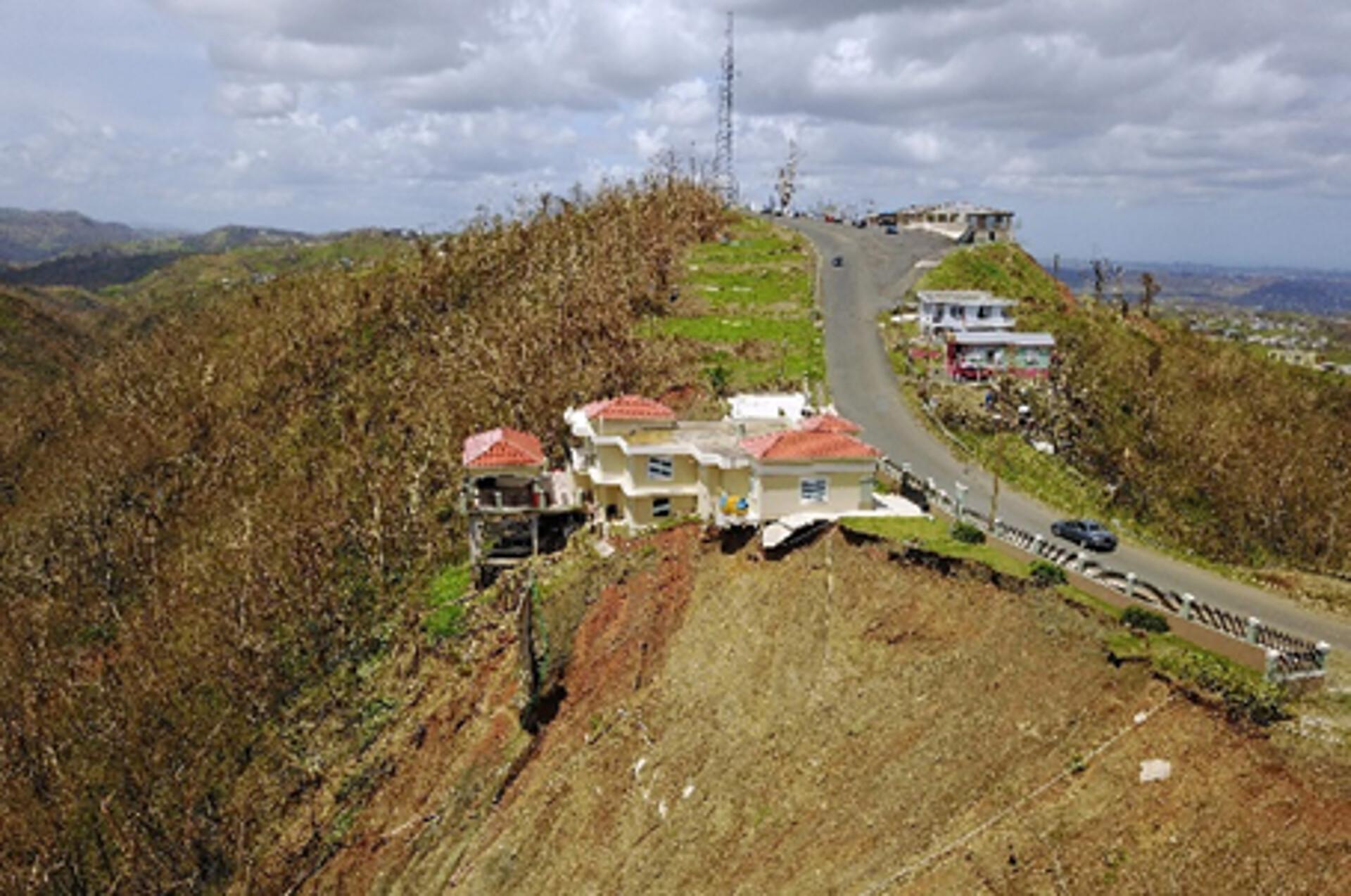 Casa Lujosa en Orocovis impactada por derrumbe
