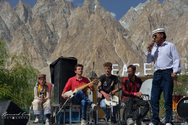 L'ensemble du groupe des musiciens wakhi de la vallée de Chapursan - Passu Face Mela, 11/08/2018 © Bernard Grua