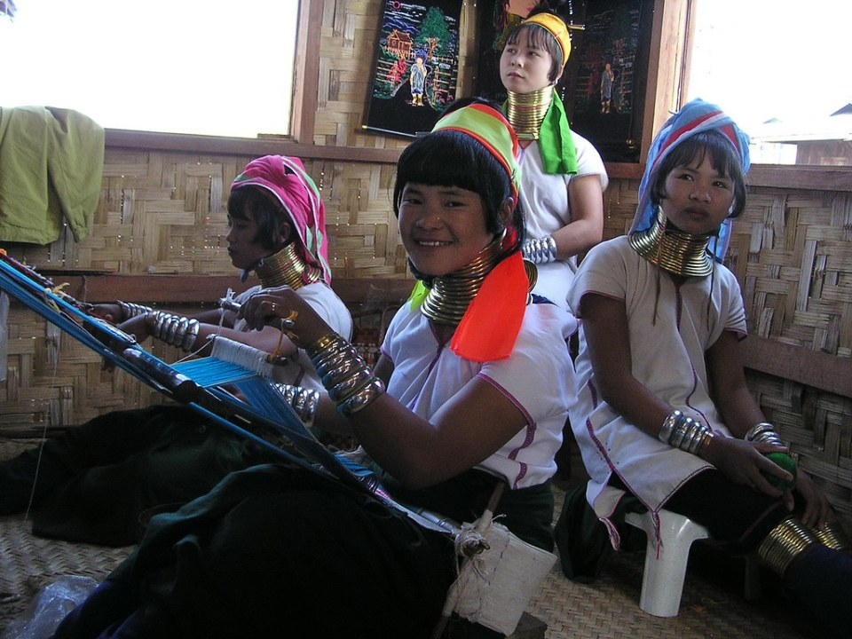 factoría taller textil mujeres trabajando en telar flor de loto Lago Inle Myanmar Birmania 07