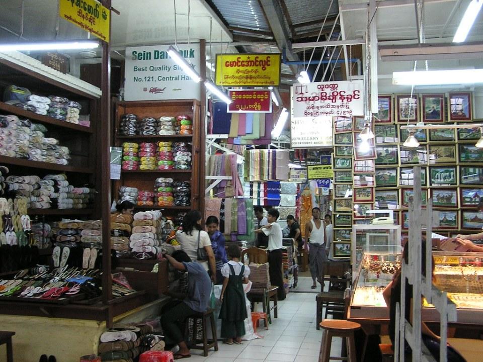 puestos de chanclas zapateria telas bisuteria cuadros interior Mercado Bogyoke Aung Sand en Ragun Myanmar Birmania 27