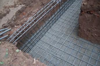 Eisengebinde auf Ziegel/Beton-Fundament