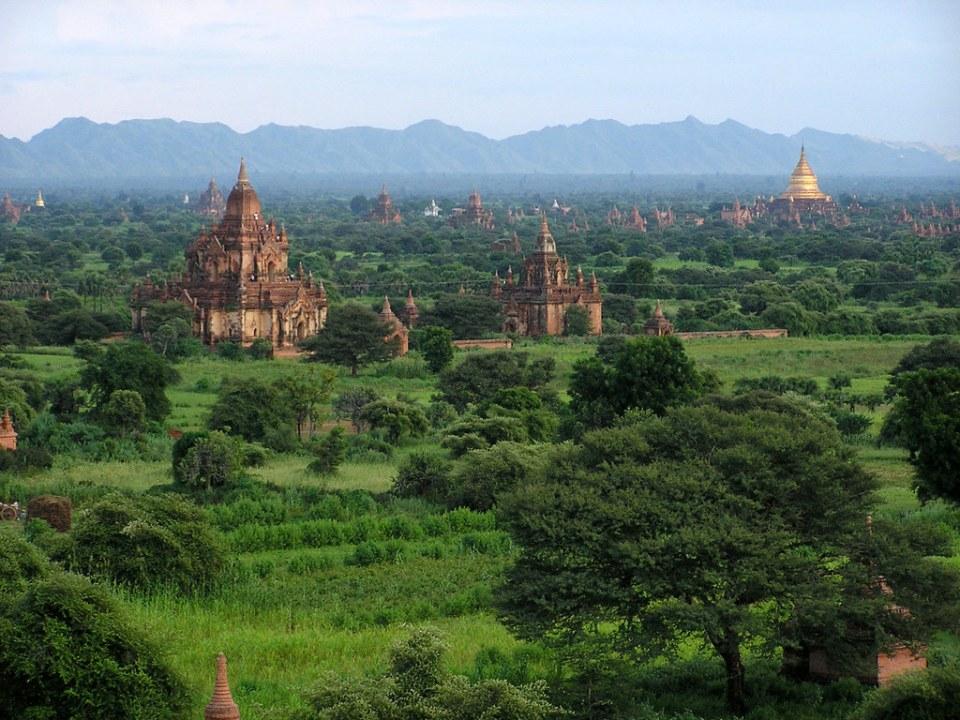 templos y pagodas cupula dorada exterior pagoda Dhammayazika nueva Bagan Myanmar Birmania 25