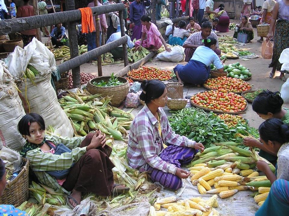 mujeres puestos de venta de flores verduras y hortalizas Mercado Zegyo Mandalay Myanmar Birmania 31