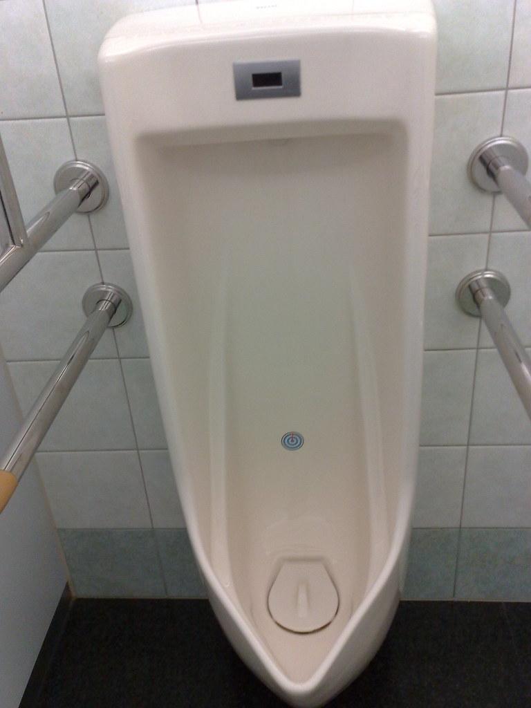 トイレの的 A Target On Male Toilets 近頃増えている男性用小便器の的 You Can