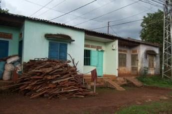 Häuschen mit Holzstapel