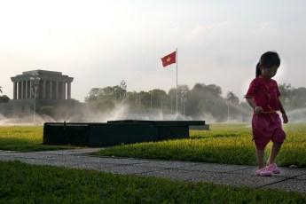 Mädchen vor Ho Chi Minh Mausoleum