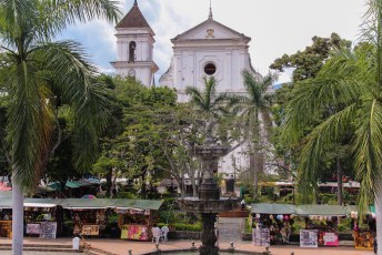 De kerk op de plaza de armas, Santa Fé de Antioquia.