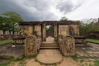 die kies van Buddha die nu in Kandy ligt lag eerst hier in Hatadage