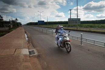 Zwei Frauen am Motorrad