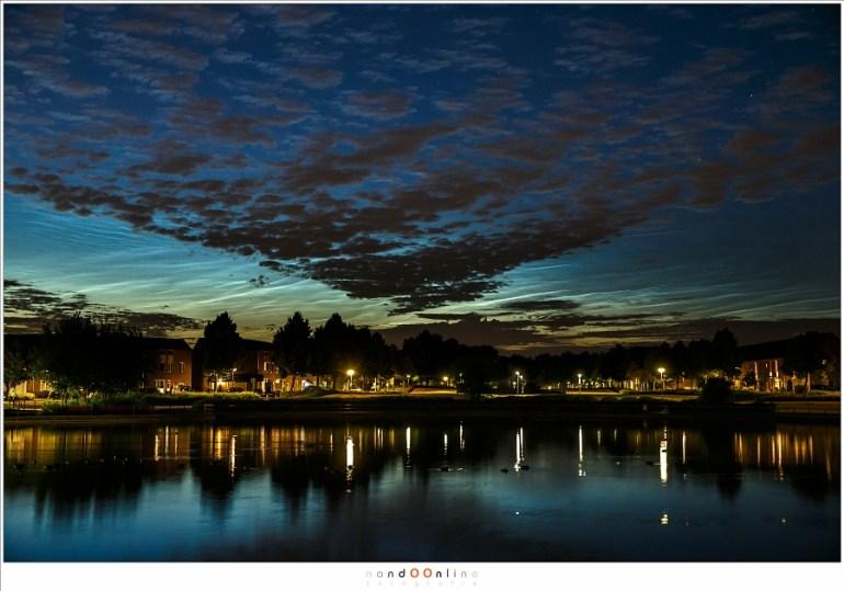 Lichtende nachtwolken op 10 juli 2015, laag boven de horizon achter de donkere wolken die niet hoger hangen dan een kilometer of vijf. (EOS 1Dx + 50mm | ISO1600 | f/5,6 | 1,6sec)