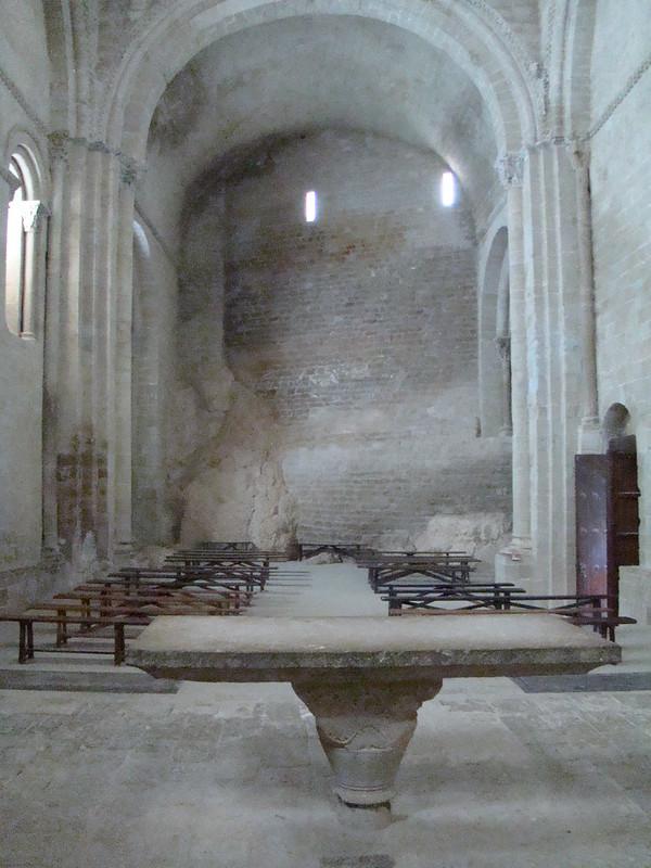Castillo de Loarre Iglesia de San Pedro nave desde altar Huesca  33