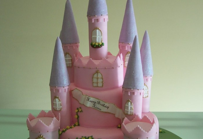 Castle Cake Disney Princesses Were Placed On The Cake At T Flickr