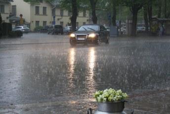 Vesisadetta
