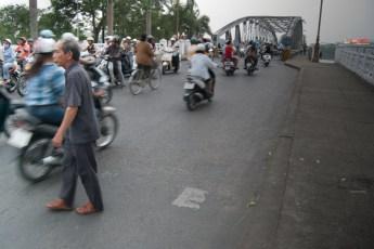 Mann vor Brücke