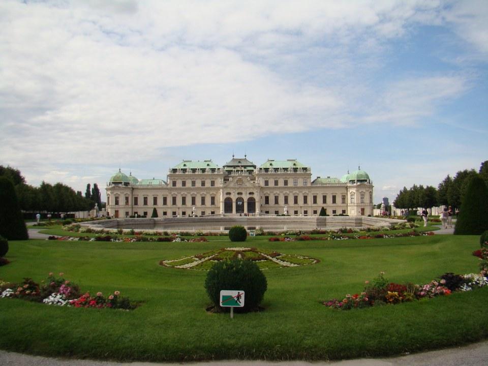 jardin y estanque fachada principal edificio superior exterior Palacio Belvedere Viena Austria Patrimonio de la Humanidad Unesco 02