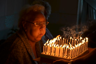 Gran Blows Out Her Candles On Her 80th Birthday Cake Flickr