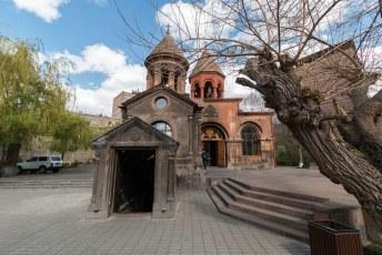 Als ze ergens geen tekort aan hebben in Armenië dan is het wel kerkjes, dit is de Zoravor S. Astvatsatsin Kerk.