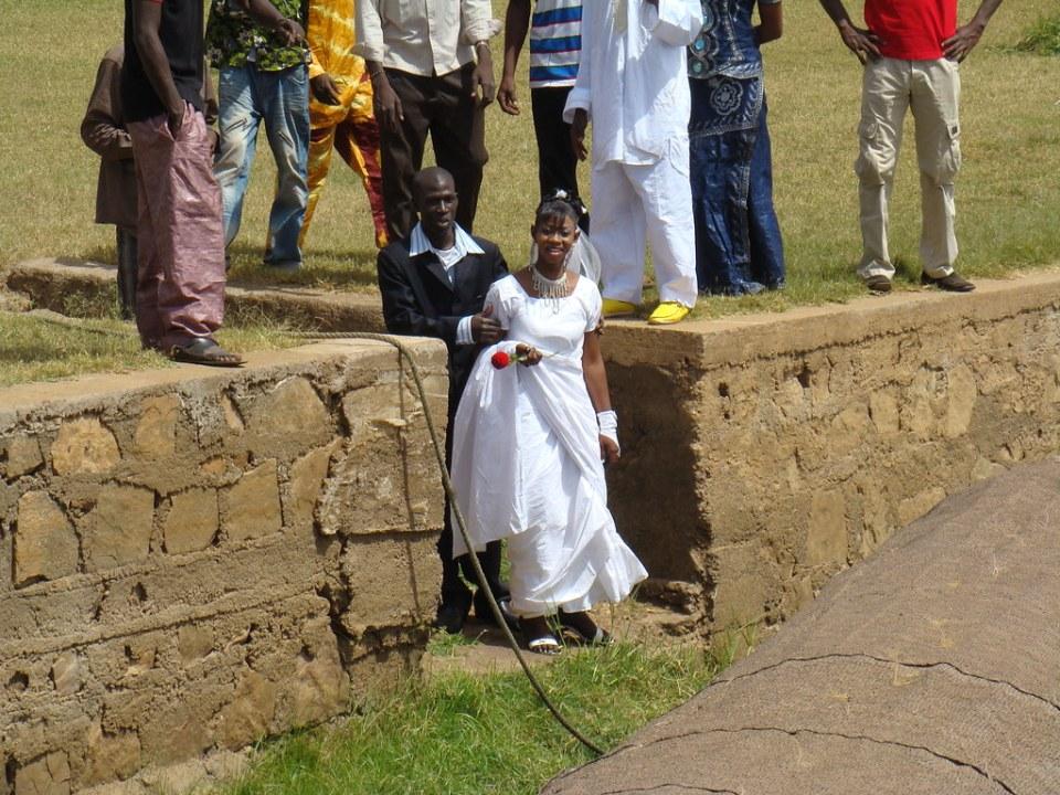 novios vestidos de boda su gente Bamako Mali 05