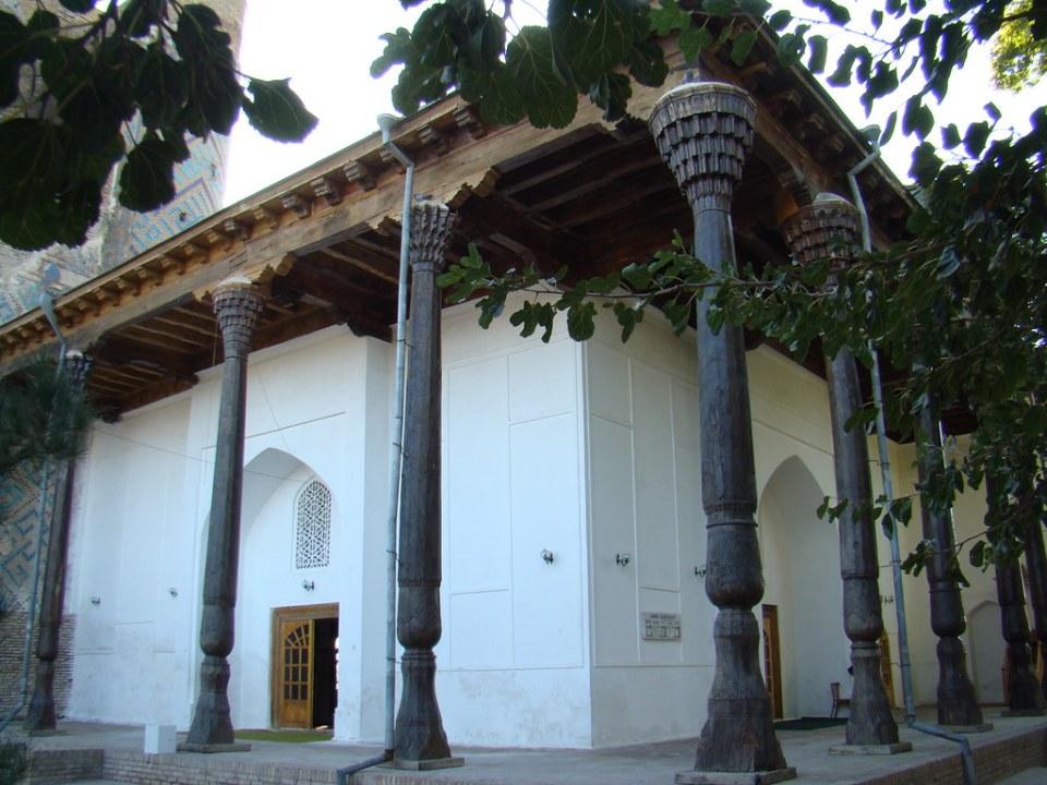 pórtico galería columnas de madera exterior Mezquita del Viernes del complejo Hazrat-i-Iman Shakhrisabz Uzbekistán 01