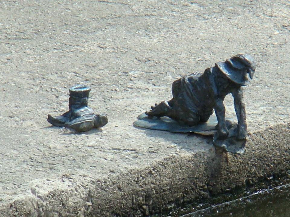 duende lavando en el rio escultura estatua de bronce Breslavia Polonia  11