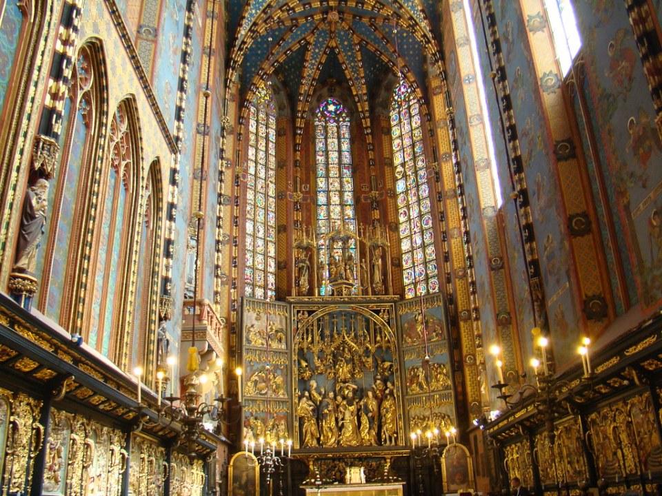 Retablo del escultor Veit Stoss altar mayor abside interior de noche basílica de Santa Maía o iglesia de la Asunción de la Santísima Virgen María Cracovia Polonia 16