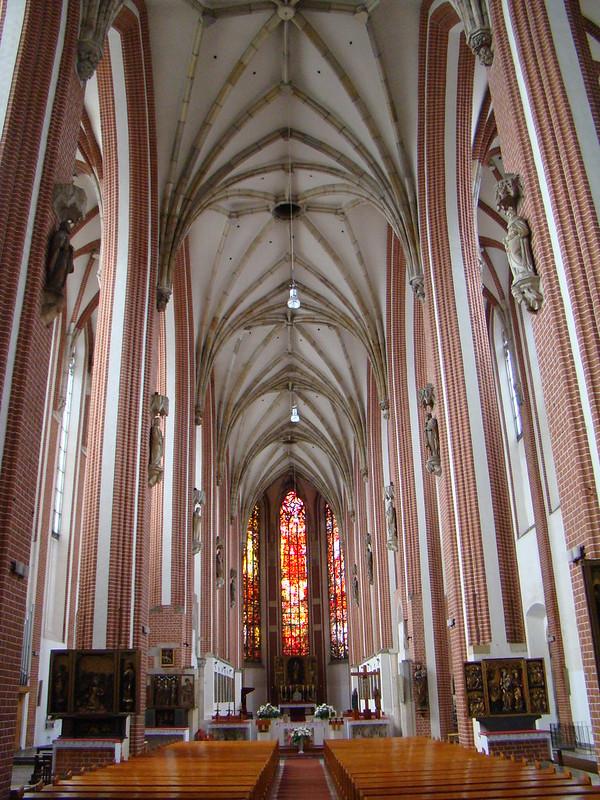 altar mayor y nave central interior Basilica de Santa Isabel de Hungria Breslavia Polonia 02
