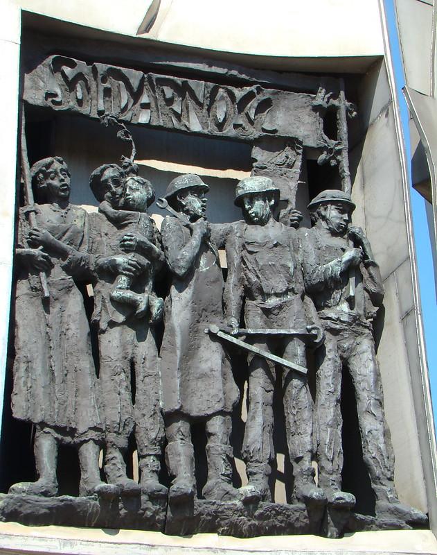 relieve Monumento a los Obreros caídos de los Astilleros Plaza de Solidaridad Gdansk Polonia 07