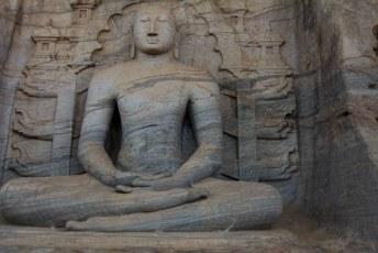 deze Buddha is in een rotswand uitgehakt