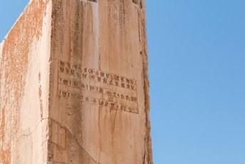 Hier staat: 'Ik ben Cyrus, Achaemenidische Koning', in drie talen. Oud perzisch, Elamite en Babylonisch.