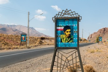 Langs de weg naar Abyaneh op zo'n 90 km van Kashan staan talloze portretten van (volgens mij) in de Iran/Irak oorlog gesneuvelde soldaten uit het dorp.