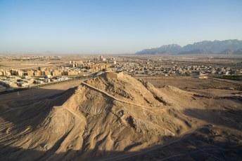 We reden even naar de rand van de stad waar deze Zoroastrische Tower of Silence staan.
