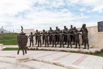 ....langs het standbeeld voor het team dat het WK won naar......