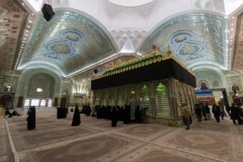 Bescheiden als de Ayatollah was ligt hij onopvallend in het midden van de verder sober uitgevoerde gebedsruimte.