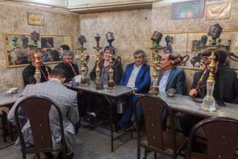 Behalve in het park zitten gaan Iraniërs ook graag met zijn allen paffen.