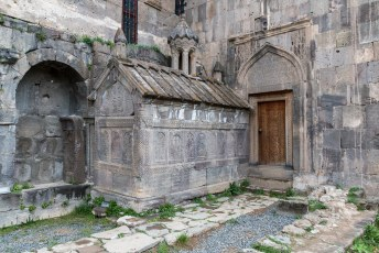 De ingang van de begrafenis kapel van Gregory van Tatev. De deur is prachtig bewerkt.