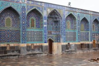 De binnenplaats is weer rijk gedecoreerd met Iraans Blauw tegelwerk.