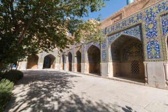 Binnen in de Masjed-e Shah moskee zijn er een aantal dingen die hem bijzonder maken zoals deze portieken met 'haf rangi', 's werelds eerste prefab mozaieken.