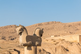 Boven op de pilaren stonden dit soort ornamenten die de dwarsbalken van het dak droegen. Deze in de vorm van de mythische Huma vogel.