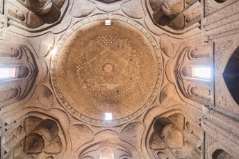 De Taj al-Molk dome, volledig gecontrueerd met baksteen en naar het schijnt mathematisch perfect en sterk genoeg om alle aardbevingen tot nu toe te overleven. Kunnen ze in Groningen nog wat van leren dus.