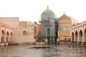 De sjeik ligt in deze Allah-Allah toren, de blauwe bakstenen spellen namelijk de naam Allah.