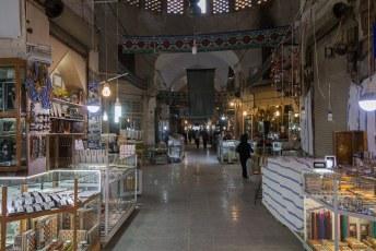 Deze geeft toegang tot de Bazar-e Bozorg, een ongelofelijk grote bazaar.