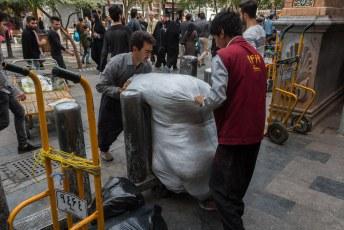 In de bazaar was het een kwestie van duwen en trekken. Van dingen of mensen tillen houden ze blijkbaar niet.