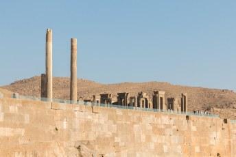 Rechts van de poort staat wat overgebleven is van het Apadana Paleis.