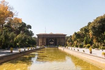 Ten westen van het grote plein is het Kakh-e Chehel Sotun paleis ooit neergezet.