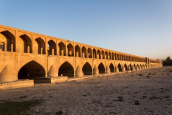 Als je een foto ziet van Esfahan dan is het vaak van deze brug, maar dan met water.