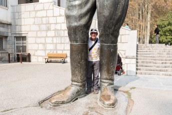 Het standbeeld van Rezaatje staat ook nog voor de deur.