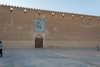 Op de tegels boven de ingang staat een afbeelding van Rostam die een demoon bedwingt.