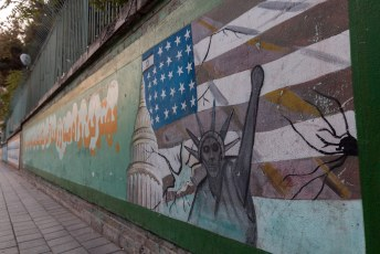 De weinig gevarieerde graffiti is in opdracht van de regering aangebracht.