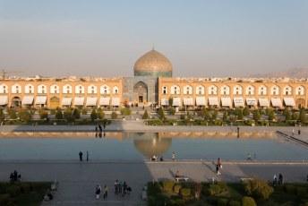 Aan de oostkant van het plein staat uiteraard ook een moskee, de Masjed-e Sheik Lotfollah.